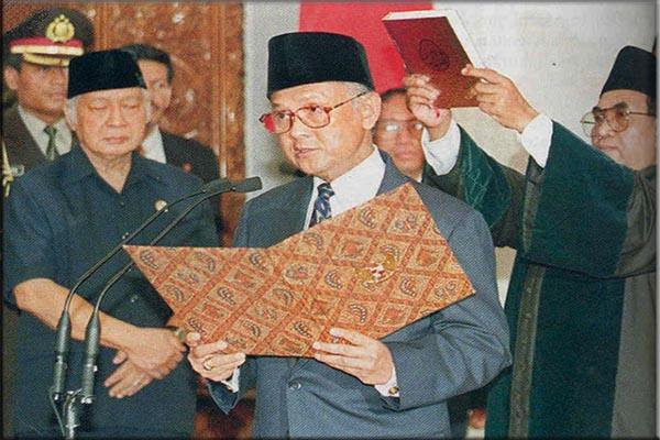 BJ Habibie Saat Dilantik Menjadi Presiden Republik Indonesia